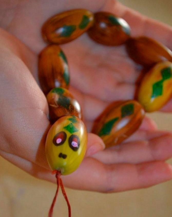 Змейка из желудей
