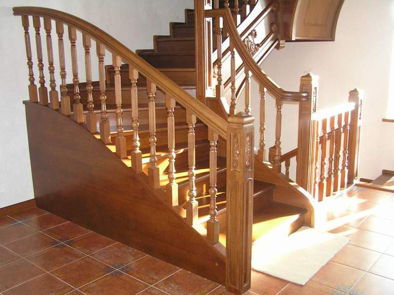 Лестница на металлокаркасе в помещении и на крыльце