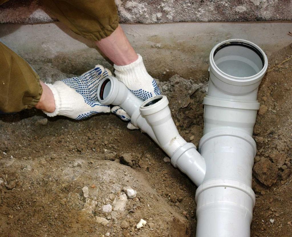 Как проложить трубы канализации в частном доме своими руками
