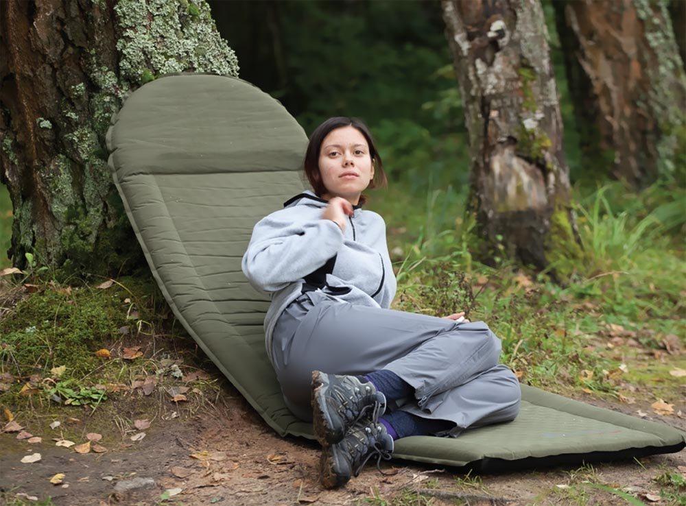 Туристка на самонадувном коврике
