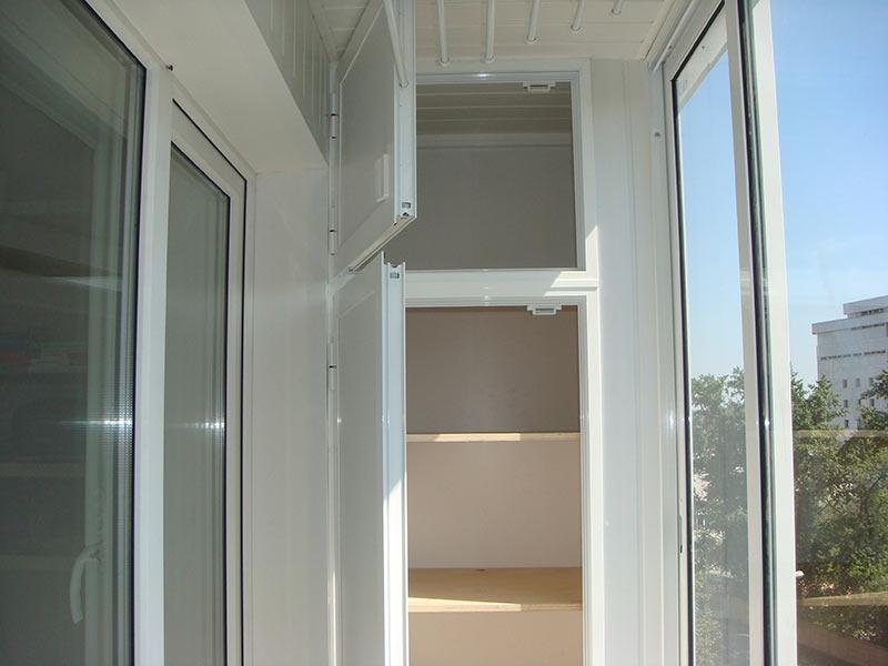 Пластиковый шкаф на балконе