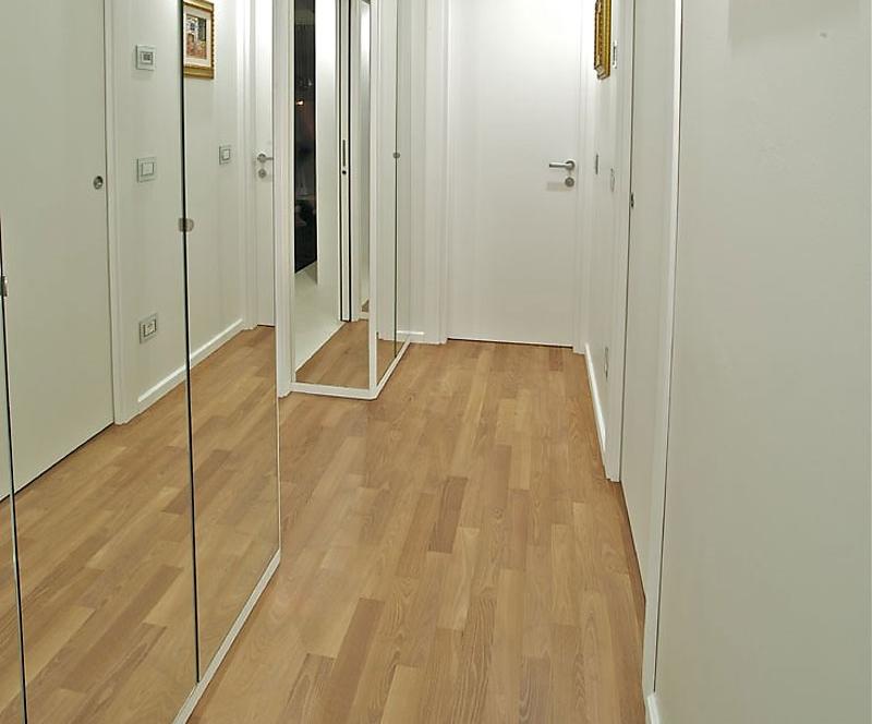 Большие зеркала во всю стену в прихожей