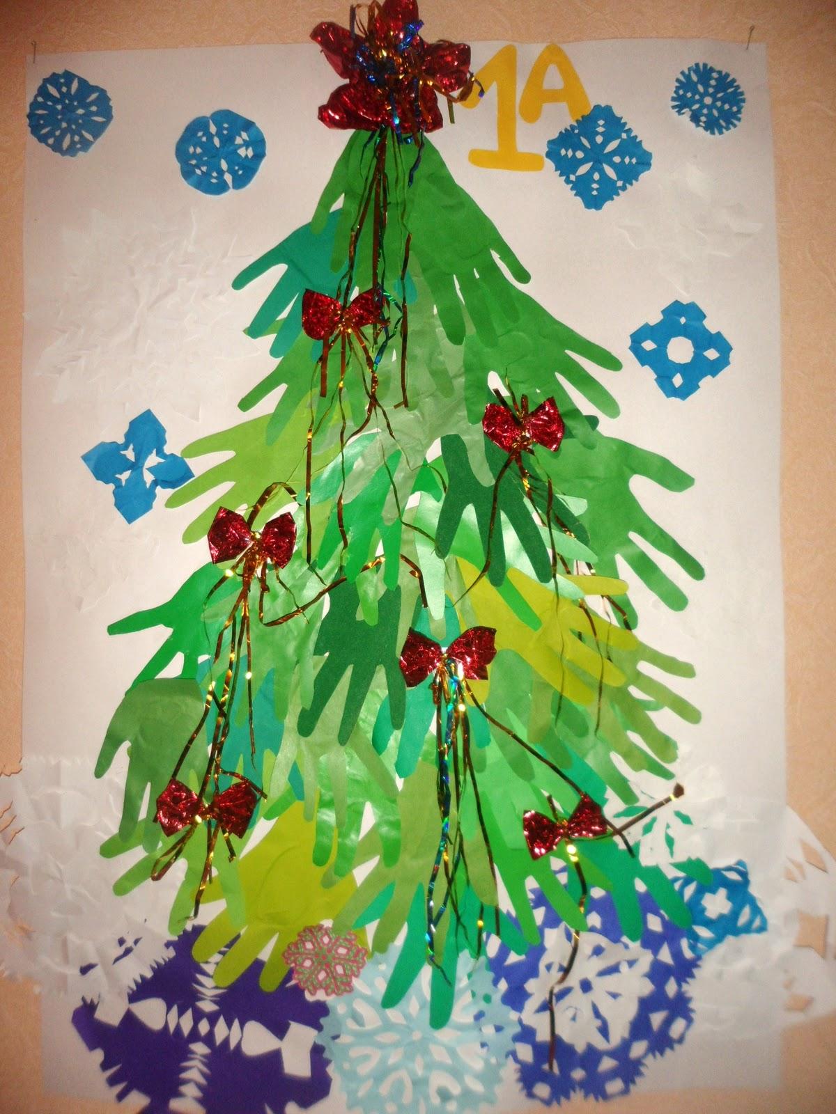 Украшение елочки из ладошек бантиками и снежинками