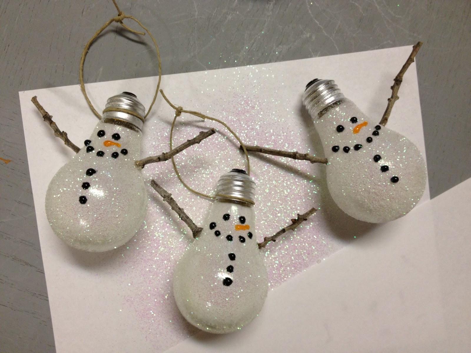 Снеговики из старых лампочек на елку