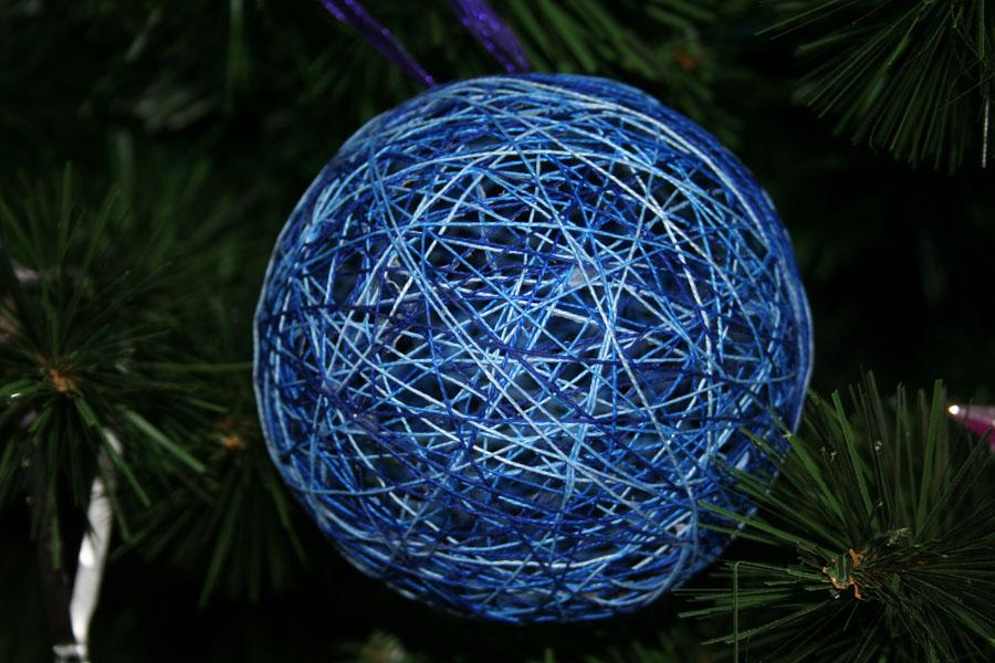 Елочный шарик из ниток
