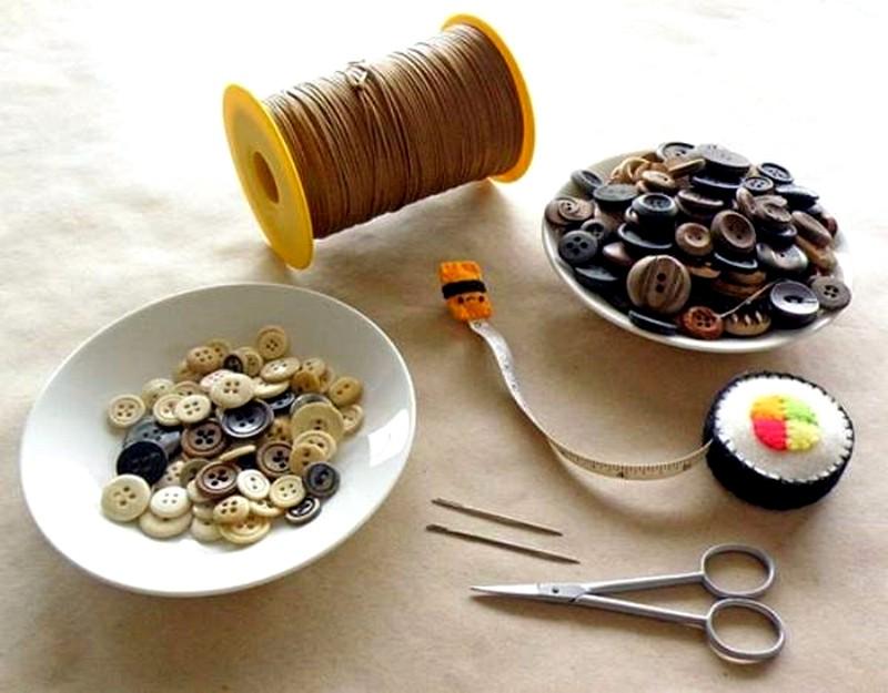 изготовление поделки из пуговиц