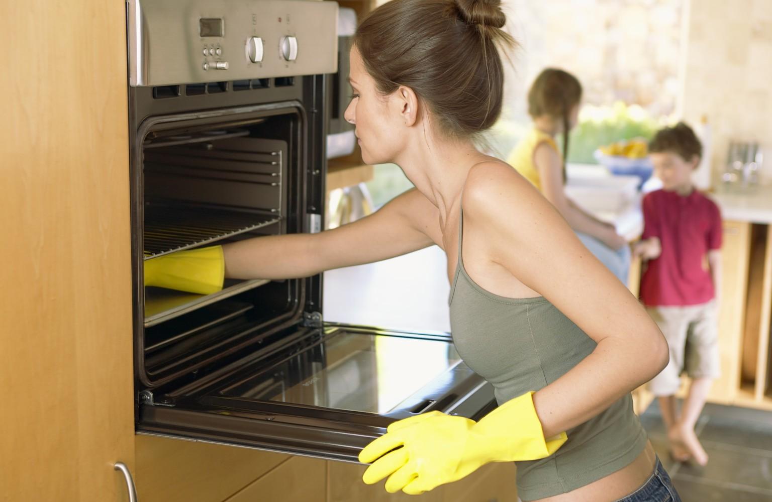 Можно почисть духовку обычной пищевой содой и мылом