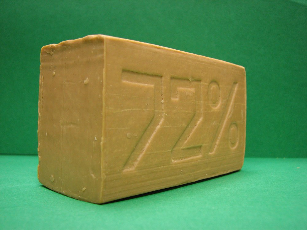 Хозяйственное мыло показывает отличные результаты по удалению пятен плесени с ткани
