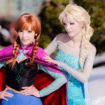 """Фото 43: Косплей Анны и Эльзы из зимнего мультика """"Холодное сердце"""""""