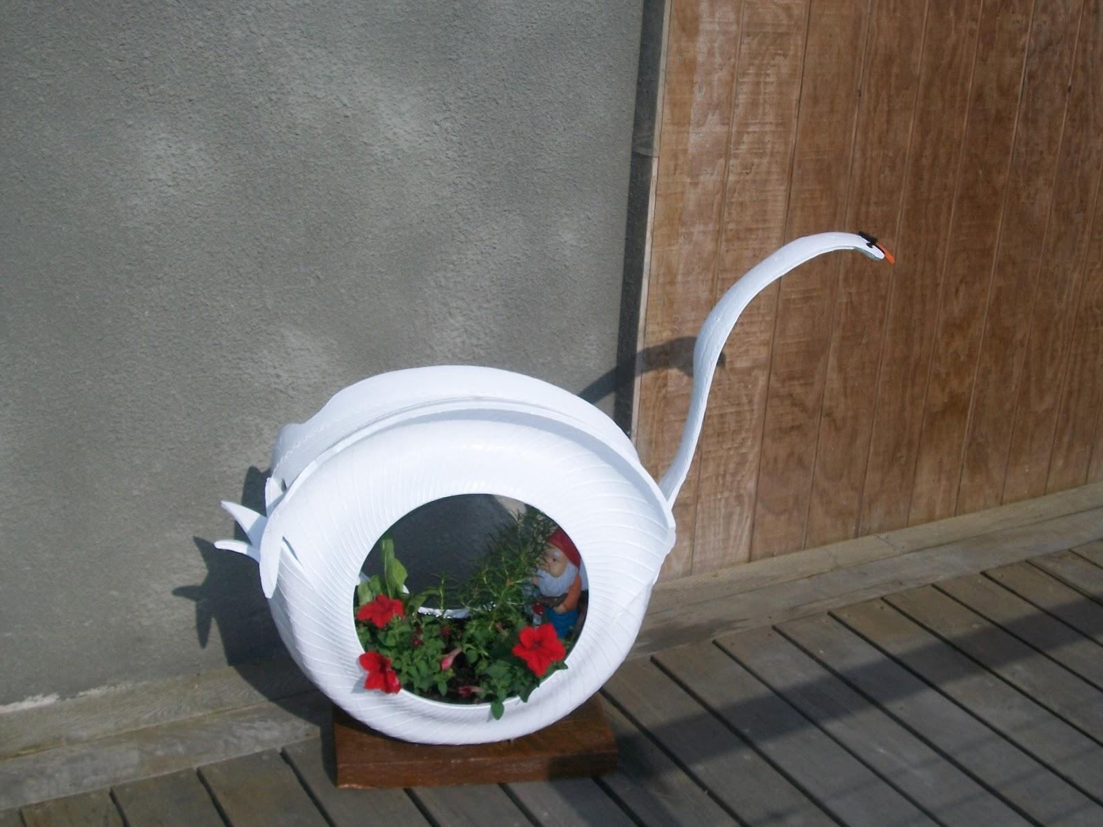 Такие поделки, как лебеди из шин, часто сооружаются для украшения двора