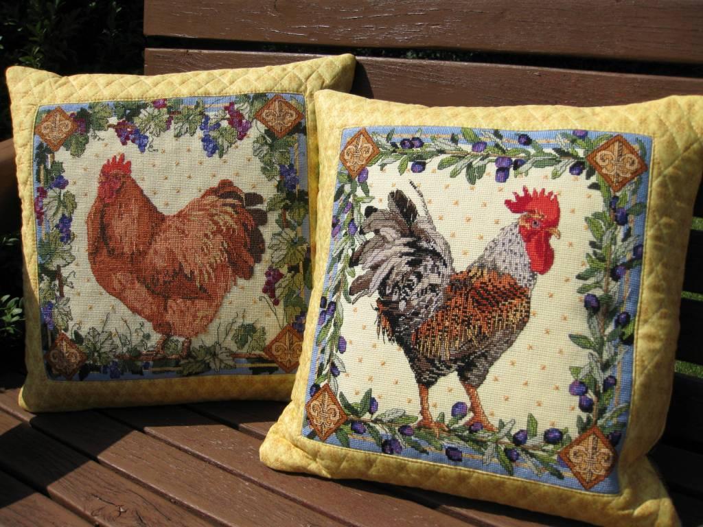 Рукодельное вышивание на подушках симпатичных петушков или курочек