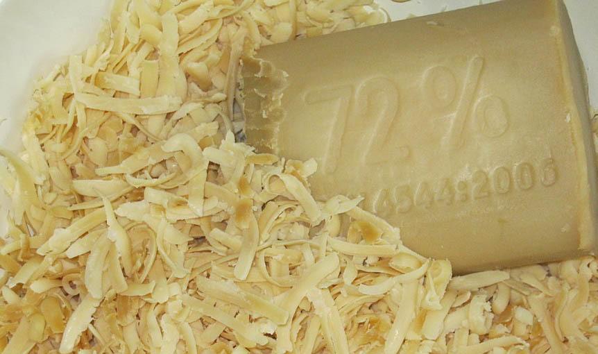 Застарелое пятно можно удалить кашицей из хозяйственного мыла