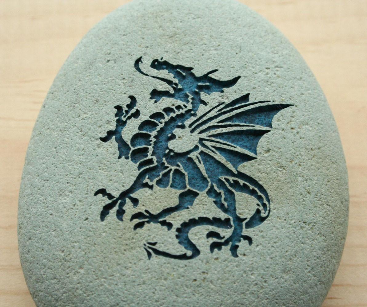Силуэт дракона на камне