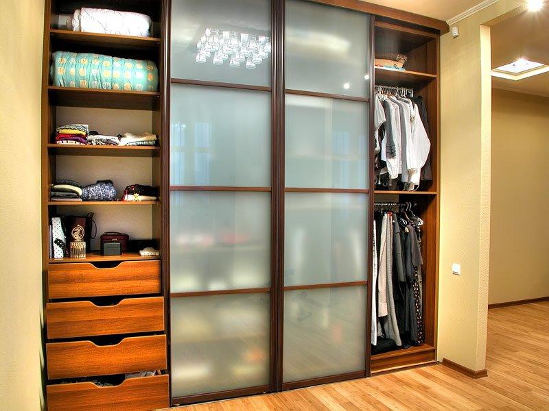 Запрещено складывать в шкаф сырые или мокрые вещи