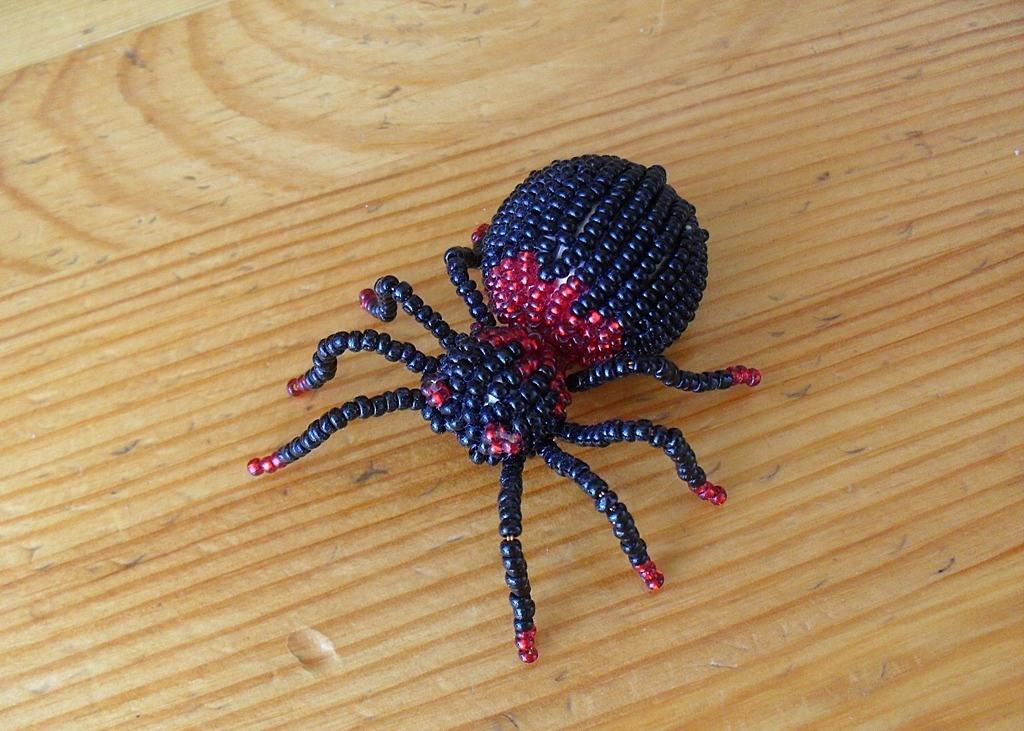 Начинать следует с простых поделок из бисера, например паучка