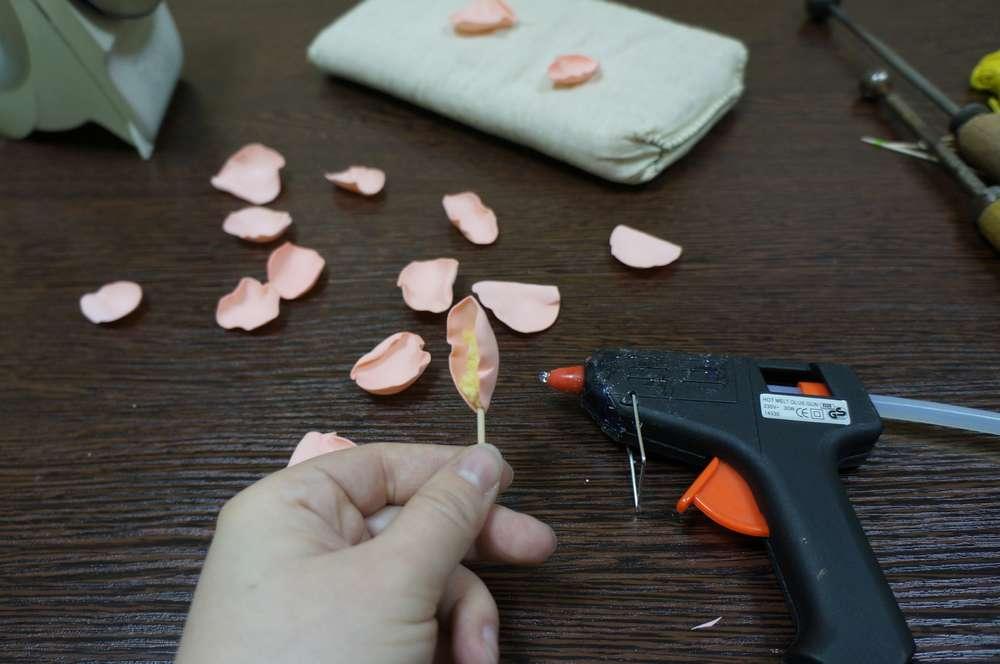 В процессе создания поделок из фоамирана лучше использовать клеевой пистолет