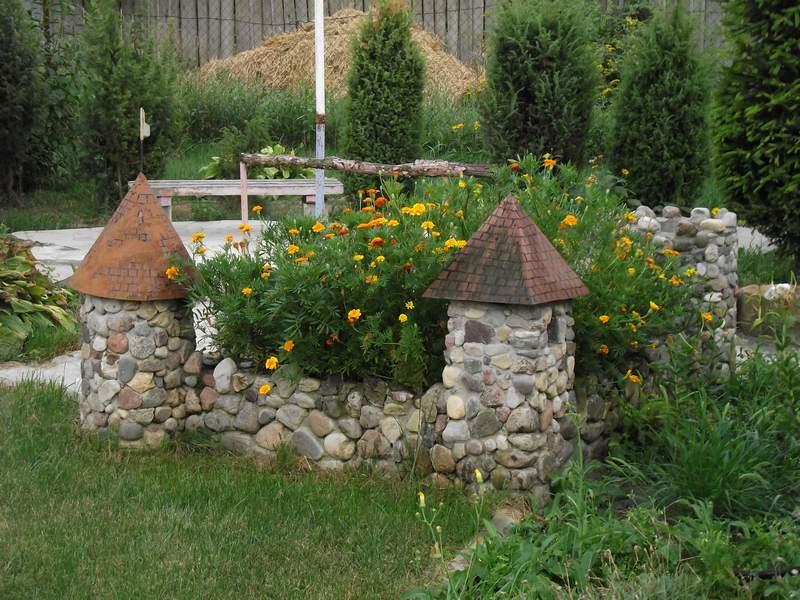 клумба в виде замка с использованием камней
