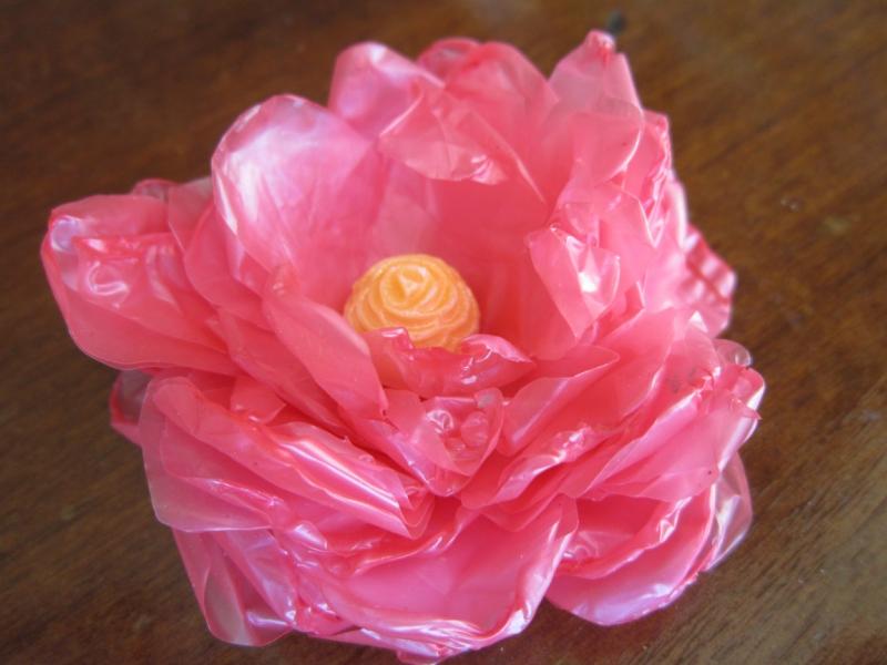 роза из полиэтиленовых пакетов