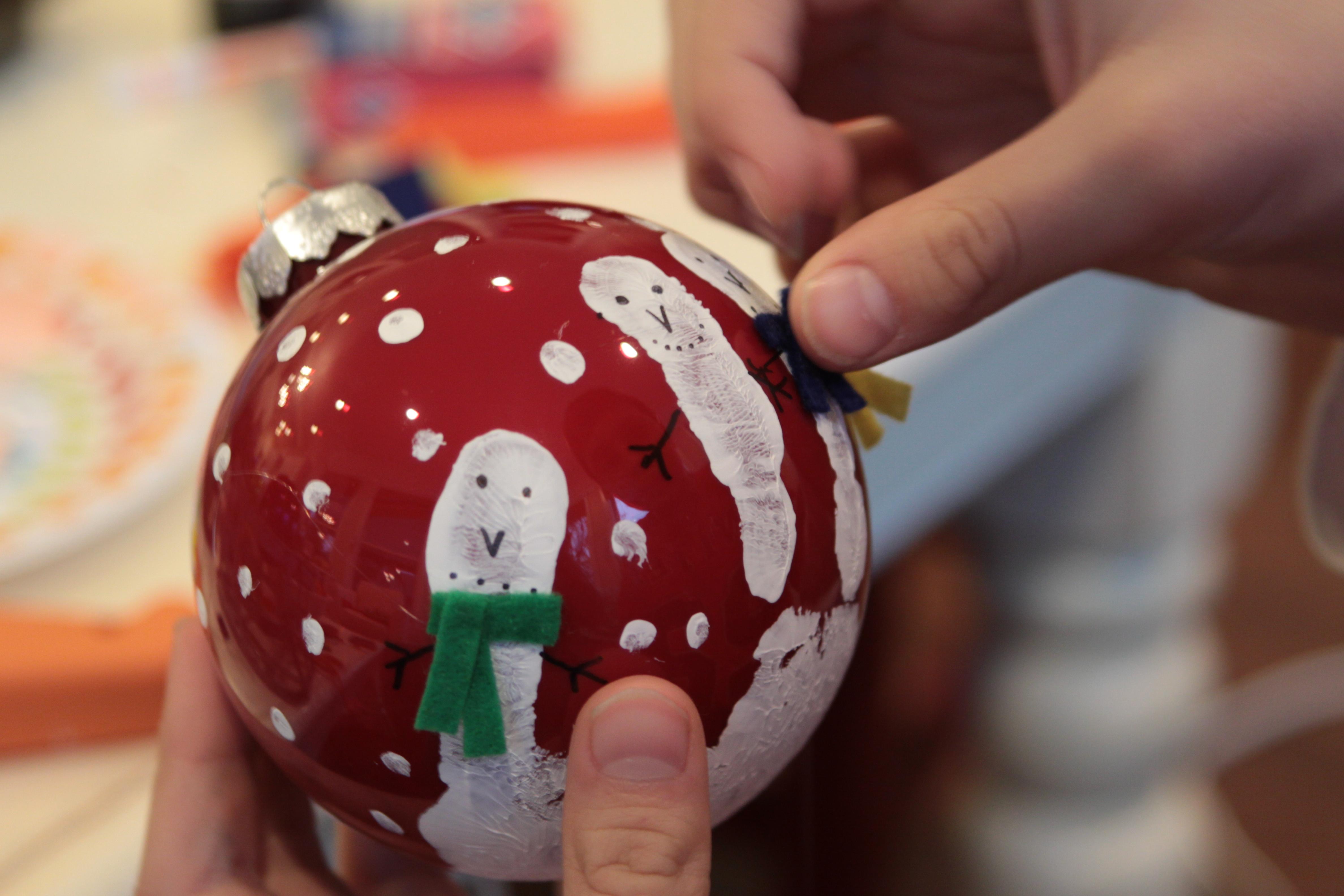Разрисованный елочный шарик