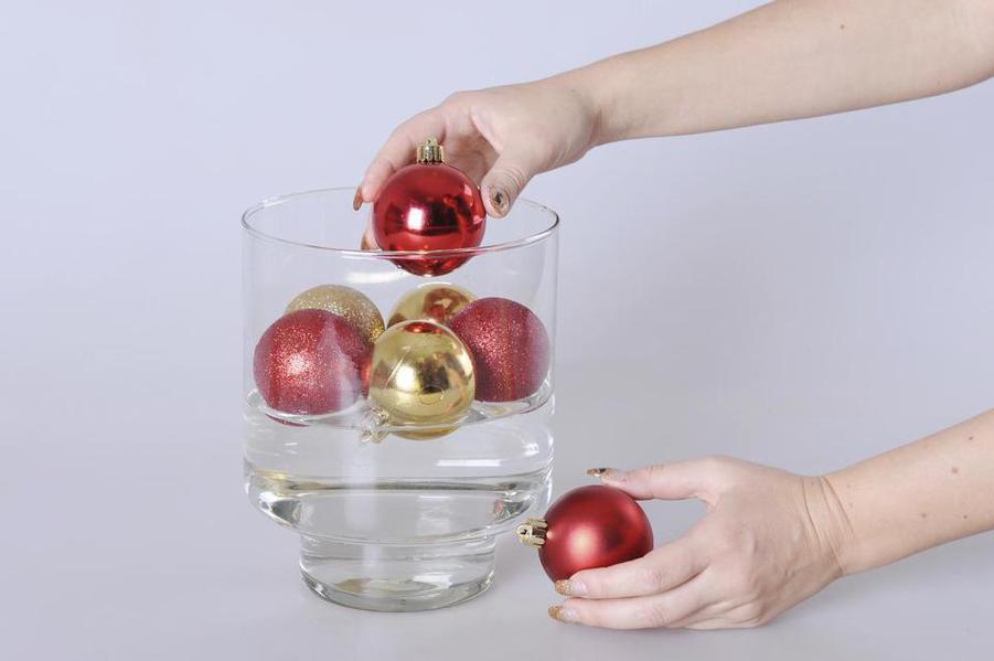 Елочные шары в вазе