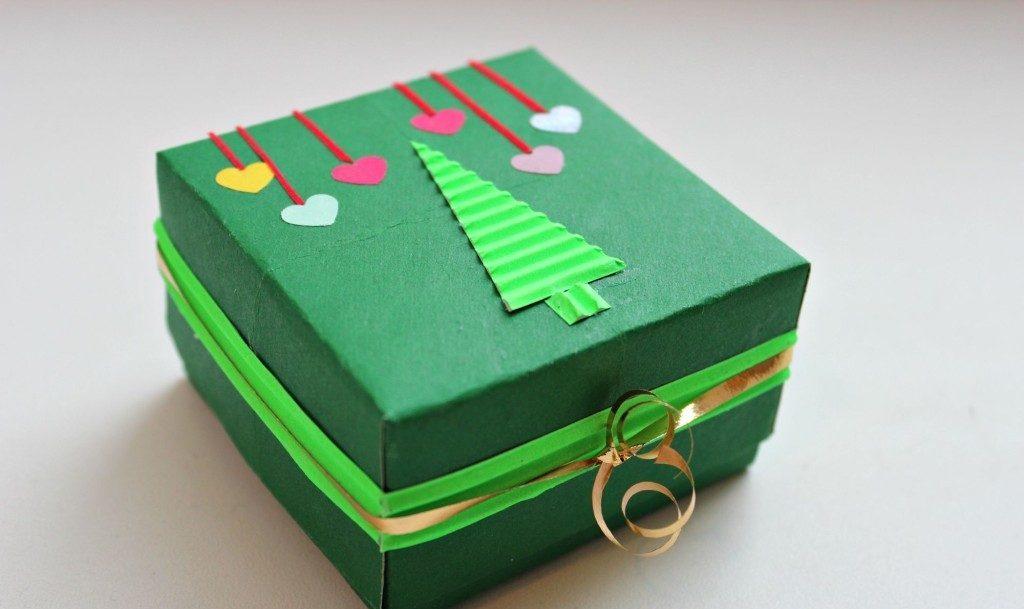 Украшение коробочки из бумаги аппликацией
