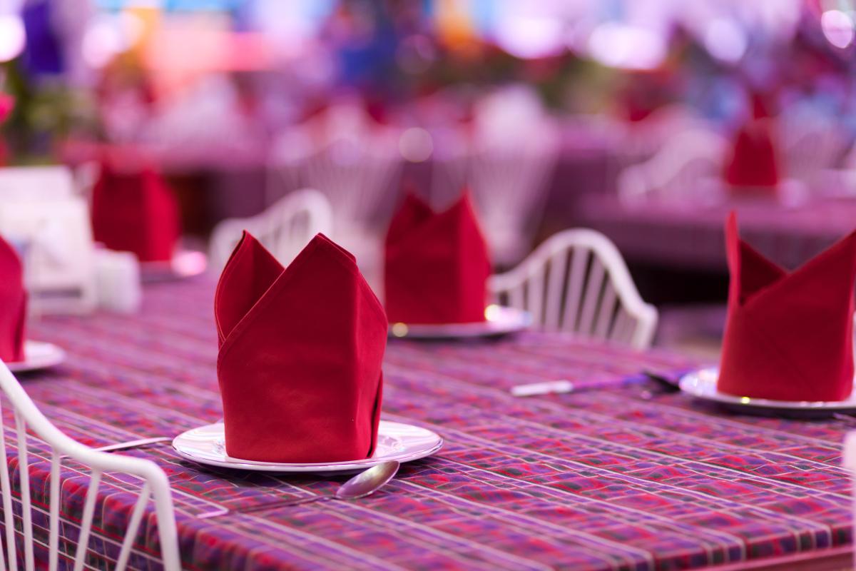 Украшение стола салфетками выполняет как декоративную функцию, так и гигиенические аспекты