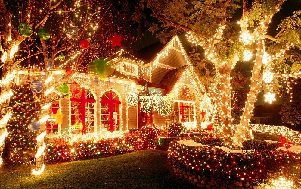 Тёплое уличное новогоднее освещение дома