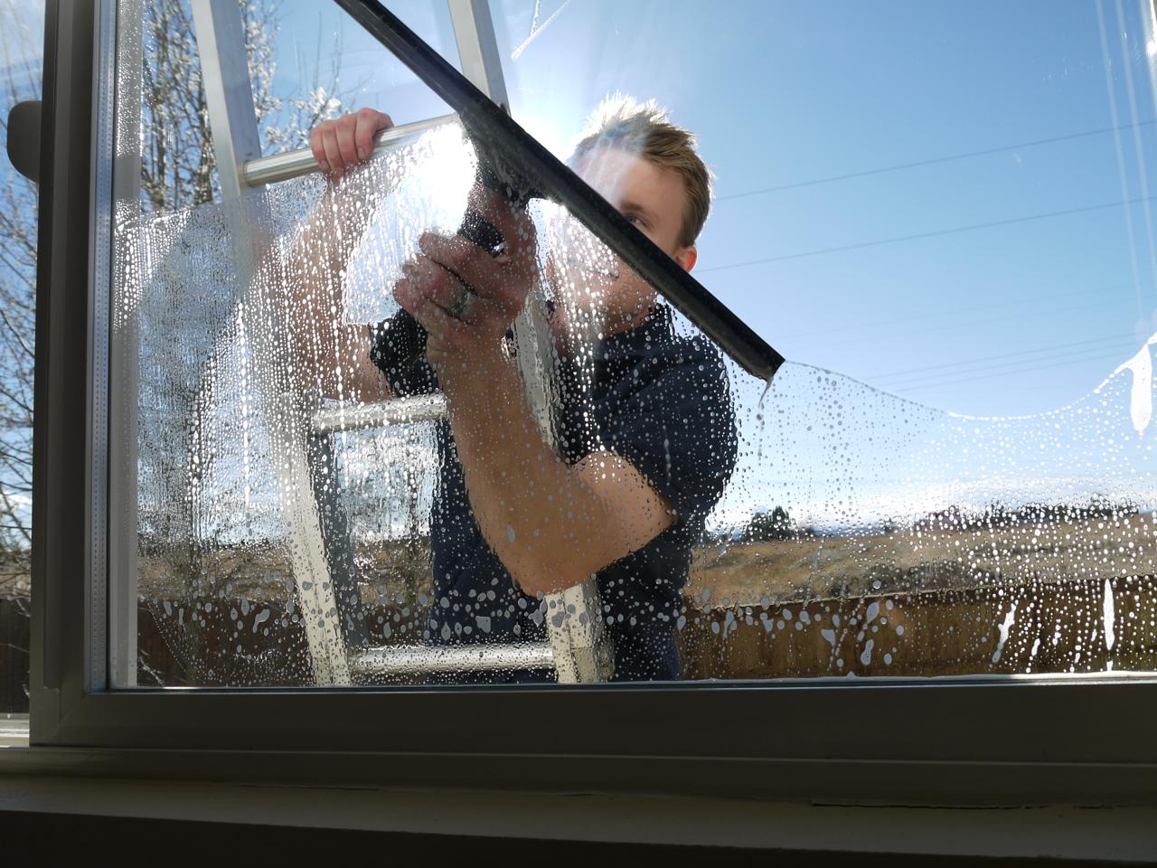 Использование специальных скребков для чистки окон