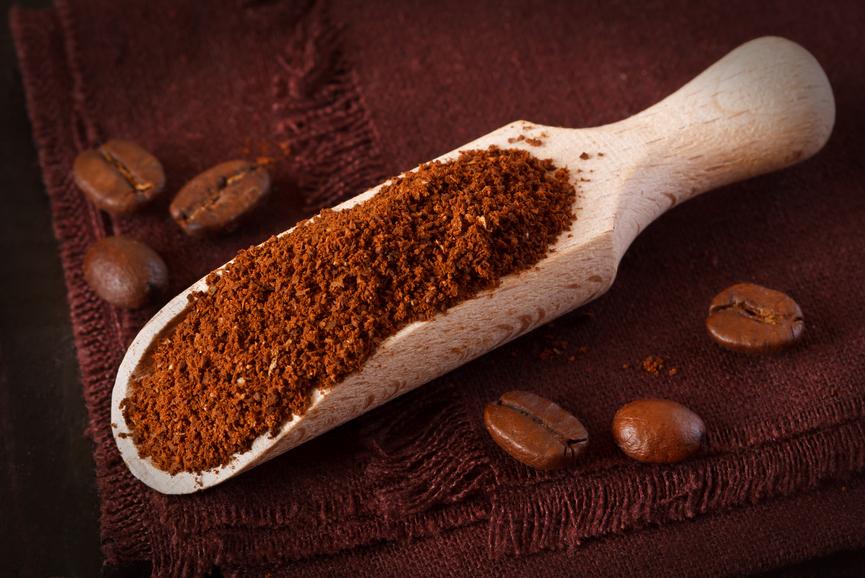 Молотый кофе выступает в качестве поглотителя запахов