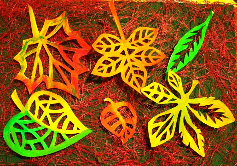 Вытынанки в виде листьев