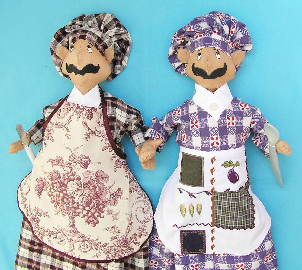 Части тела куклы-пакетницы наполните синтепоном
