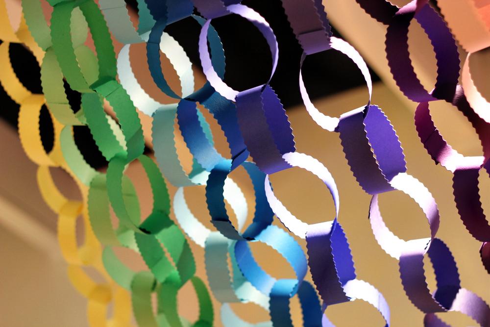 Гирлянда из колец из цветной бумаги