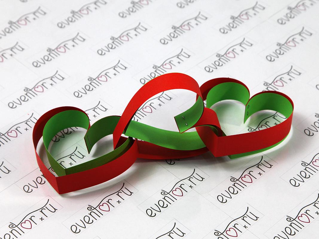 Гирлянда из бумажных сердечек полосками