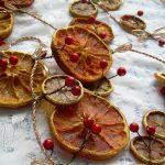 Фото 14: Гирлянда из апельсиновых долек и клюквы