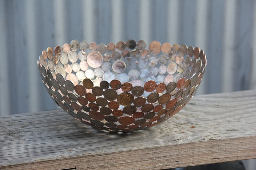 С помощью монет можно украшать посуду