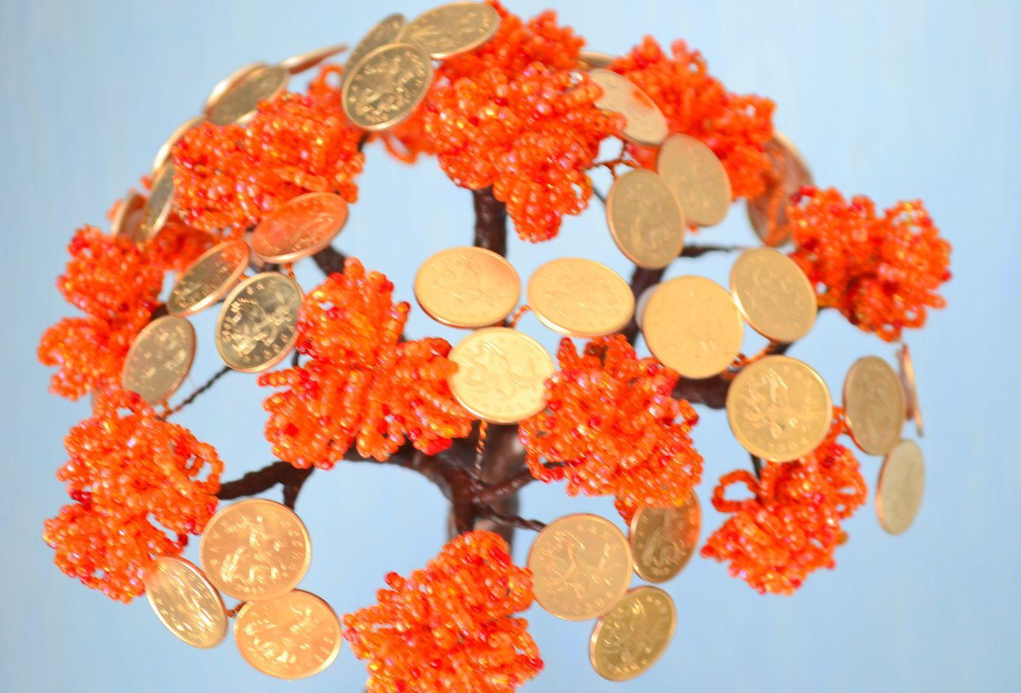 Яркое денежное дерево из бисера с монетами будет радовать взгляды каждый день