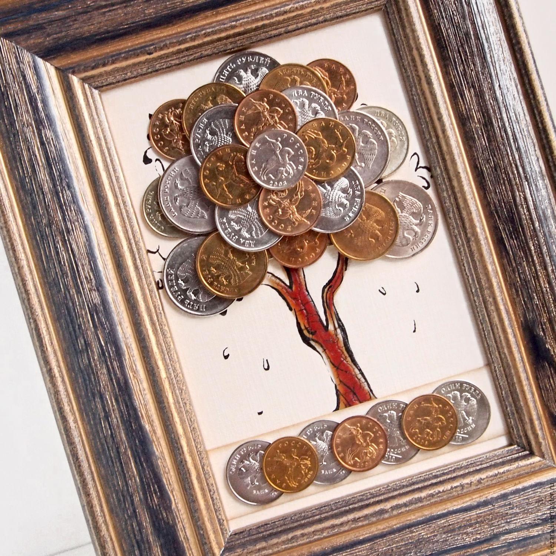 Денежное дерево из монет в «винтажной» рамке выглядит очень привлекательно