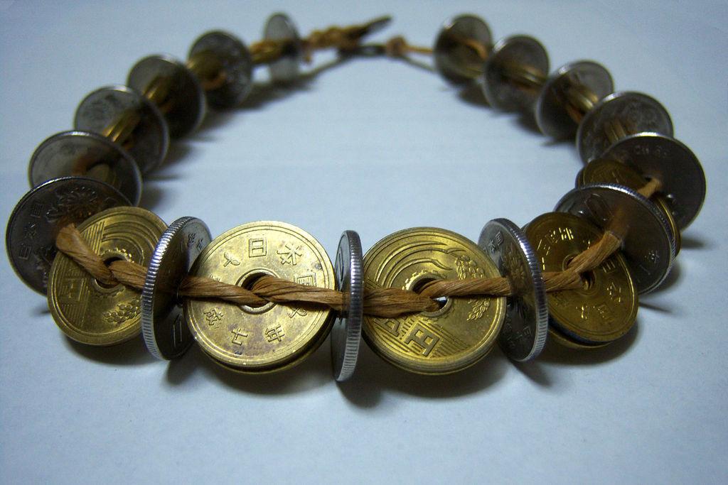 Поделка из копеечных монет может быть изготовлена методом плетения
