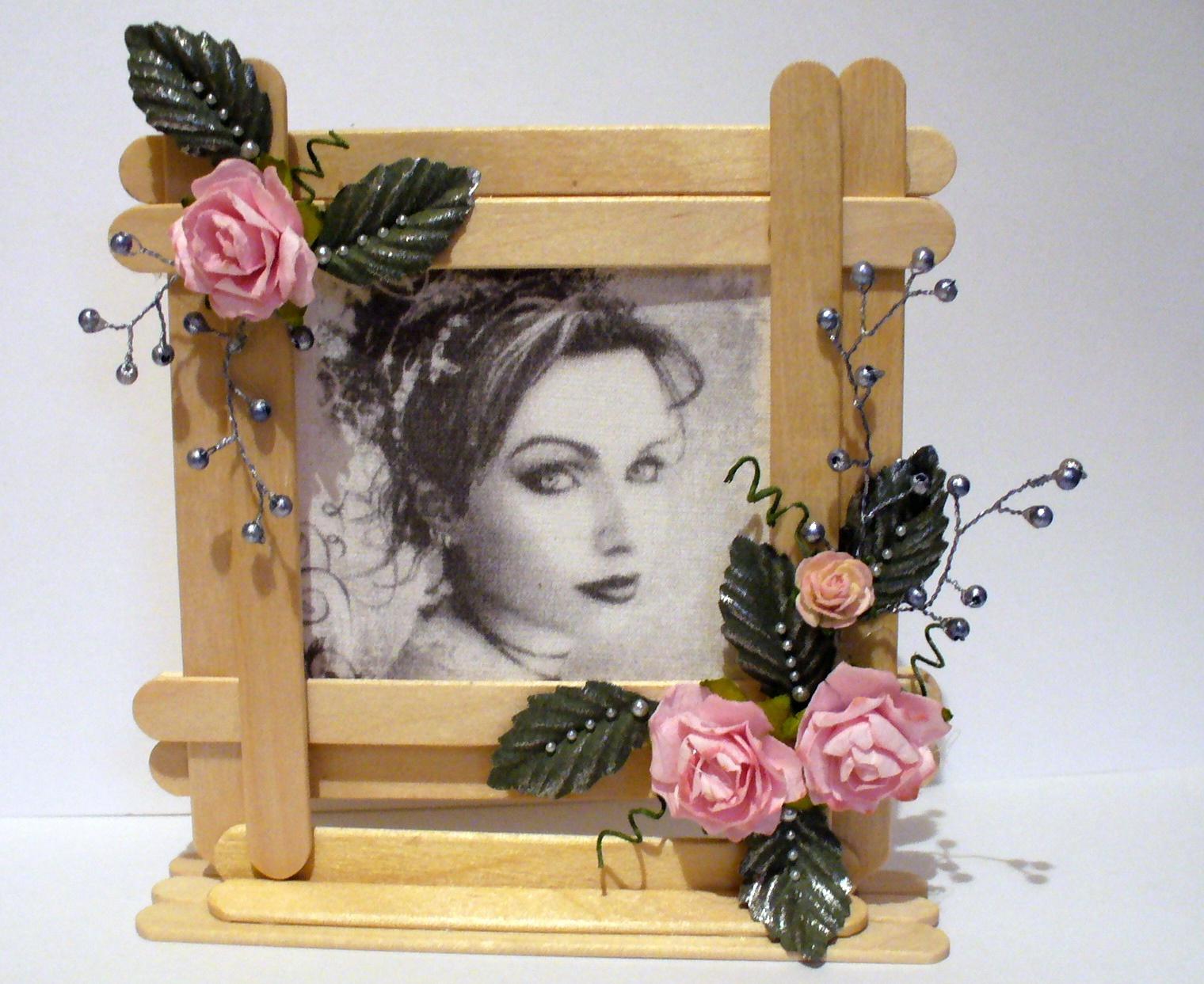Рамки из палочек от мороженого с фотографиями можно дарить родным и друзьям