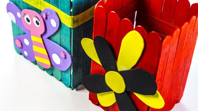 Стаканы для карандашей из палочек для мороженого можно раскрасить яркими красками