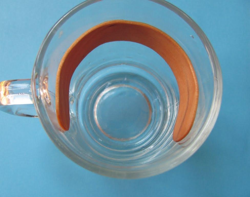 Палочкам от мороженого придать форму браслета поможет стакан
