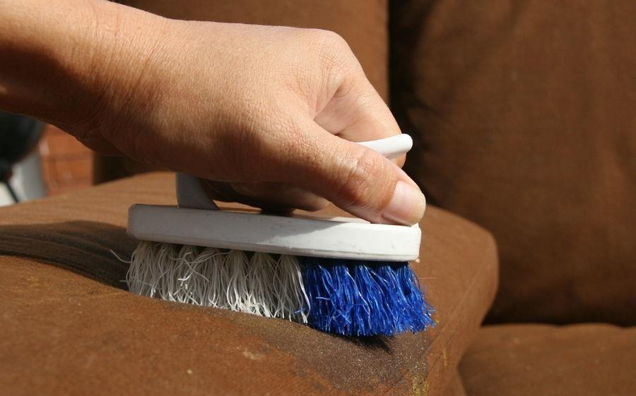 Как только на диване появилось пятно, его желательно как можно скорее вывести