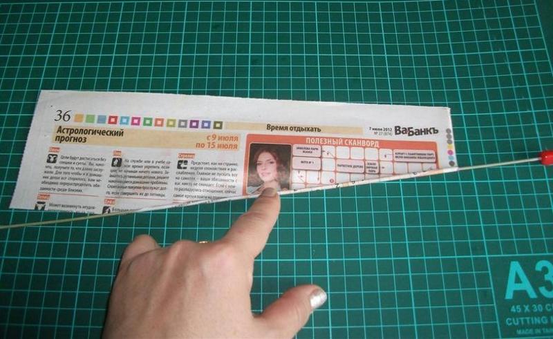 Закручивание газеты на спицу