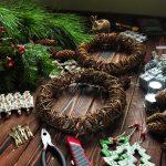 Фото 22: Необходимое для рождественского венка с шишками