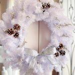 Фото 24: Белый новогодний венок с шишками