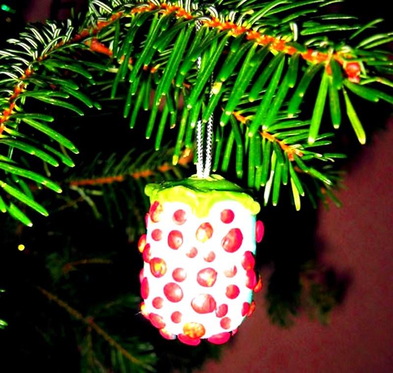 Новогодняя игрушка из киндеров в виде шишечки