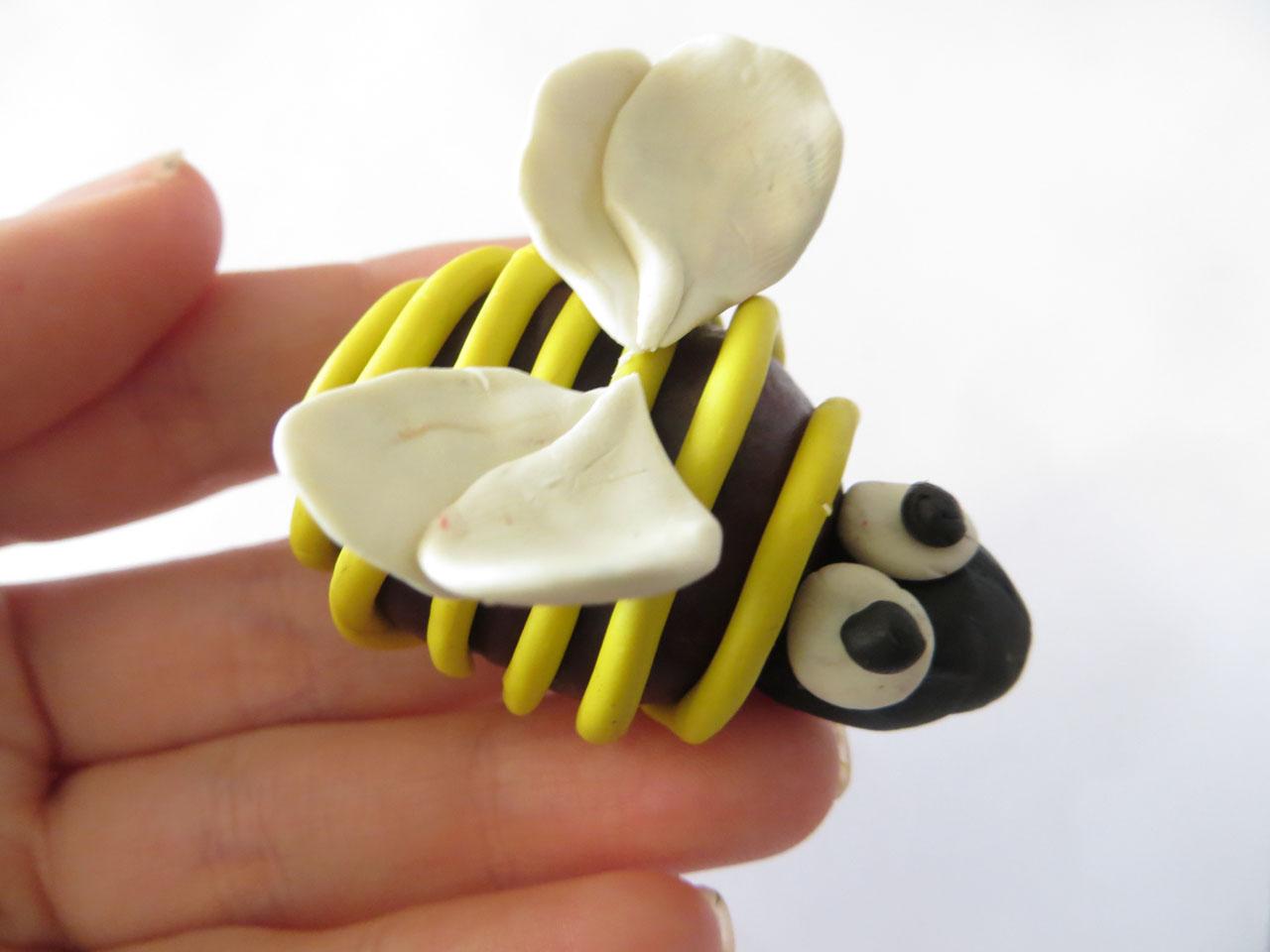 Поделка пчела из шишки 66