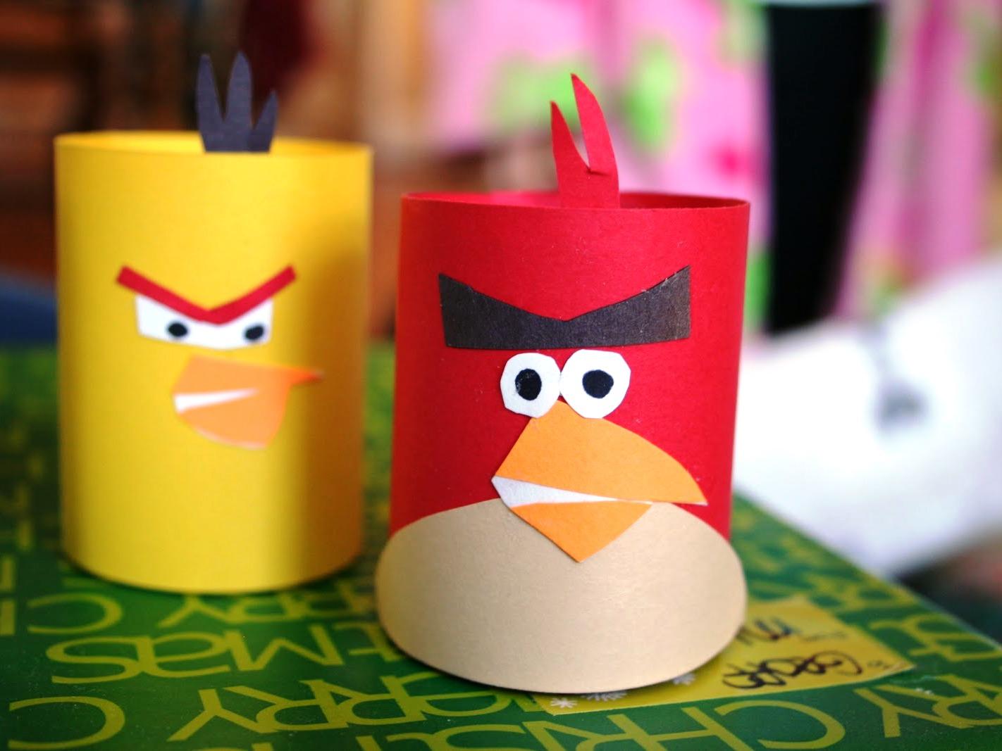 Из втулки можно сделать подставку для канцтоваров в виде птичек angry birds