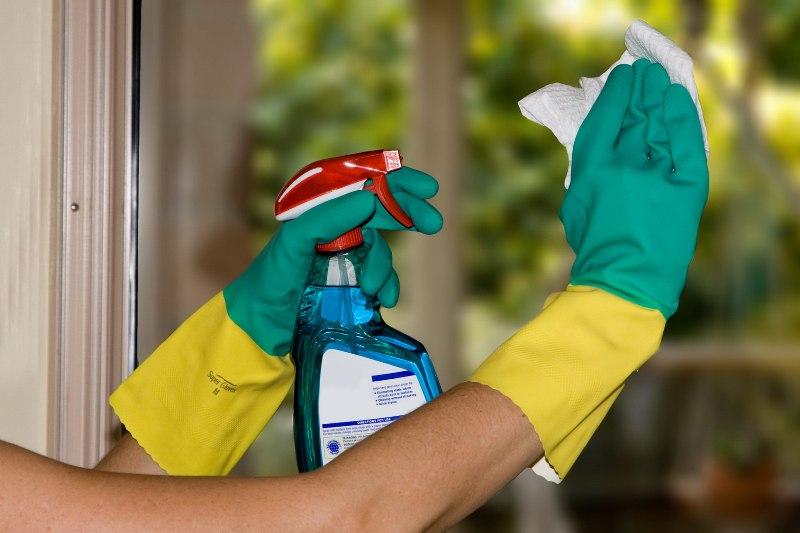Узнайте какими моющими средствами пользуются рабочие, чтобы помыть окно
