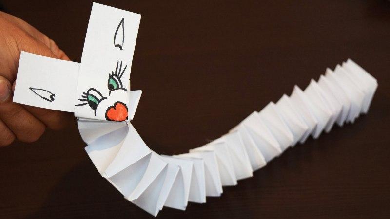 Проще всего изготовить игрушку из бумаги в виде гармошки